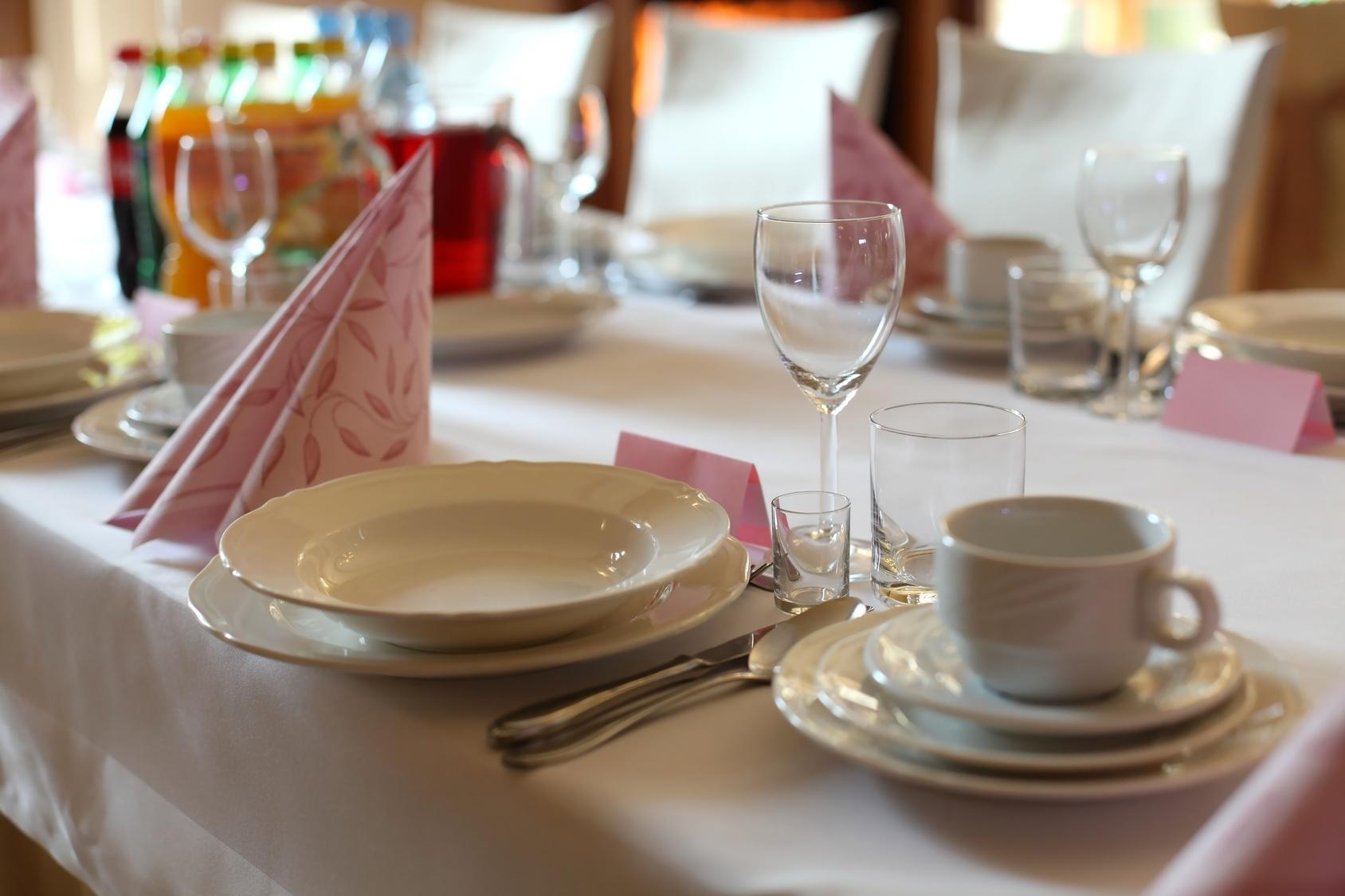 Stylowa restauracja stół talerze, szklanki i serwetki, zbliżenie.